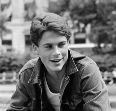 """young Rob Lowe on the set of The Outsiders"" Rob Lowe Young, Rob Lowe 80s, Die Outsider, The Outsiders 1983, The Outsiders Sodapop, Hot Boys, Celebrity Crush, Celebrity Guys, Cute Guys"