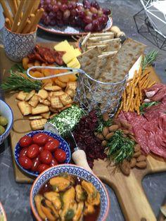 My appetisers table/ Tabla de embutidos, nueces, frutos secos y quesos!