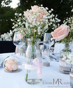 Mini bouteille de lait en verre, organza blanc et ruban de satin rose, roses et gypsophile