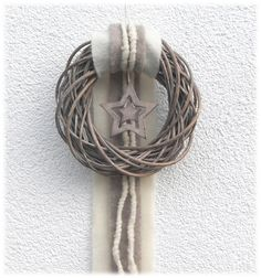 """_*Moderner Türkranz - Weidenkranz*_      Ein grau gekalkter Weidenkranz in Natur - grau ist farblich passend mit einer breiten """"Schleppe"""" in der Farbe creme sowie schmaler in der Farbe..."""