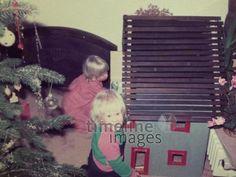 Weihnachten, 1984 Matja/Timeline Images #80er #Emotionen #Festlichkeiten #Freude #Geschenke #Kinderlachen #Weihnachten #Wärme #1980er #80ies #christmas #Spielen Timeline Images, Children Laughing, Little Girls, Playing Games, Glee, Christmas, Gifts, Nice Asses