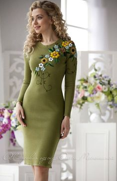nails - Elegant dress Season of flowers trendy colour Kale, with a gorgeous oversized embroidery flowers WOW effect! Embroidery On Clothes, Embroidery Suits, Embroidered Clothes, Embroidery Fashion, Elegant Outfit, Elegant Dresses, Casual Dresses, Fashion Dresses, Dame Chic