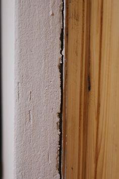 Egy lakásban mindig van javítani való a falon, szög, tipli nyomok, de én most első sorban a repedésekről szeretnék írni. Amikor tavaly szeptemberben beköltöztünk minden szép és frissen meszelt volt, azonban tavaszra egyre több repedés jelent meg a falakon, majdnem mind a fa nyílászárók körül, ami teljesen normális jelenség, hiszen a fa élő anyag, mozog [...] Diy, Vintage, Home, Bricolage, Ad Home, Do It Yourself, Vintage Comics, Homes, Homemade