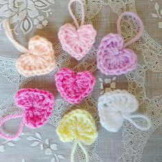 Mabel van Crochet Addict maakte deze schattige Valentijnshartjes. Lees het patroon op https://www.aandehaak.nl/hartjes-haken-verspreid-beetje-liefde/ en haak aan!