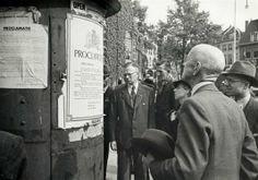 Afbeelding van de mensen bij een transformatorhuisje op het Janskerkhof te Utrecht die de aangeplakte proclamatie van de koningin met de aankondiging van de bevrijding van Nederland lezen. 07-05-1945