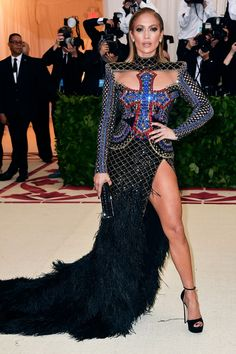 The can't-miss looks from fashion's biggest night. Fashion Poses, Girl Fashion, Fashion Outfits, Gala Dresses, Nice Dresses, Spring 2018 Fashion Trends, Met Gala Outfits, Met Gala Red Carpet, Gowns Of Elegance