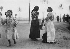 1910 - Mulheres conversando em área descampada (próximo ao Mercado dos Caipiras, na Várzea do Carmo -- atual Parque Dom Pedro II). Foto de Vincenzo Pastore. Acervo do Instituto Moreira Salles.