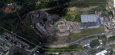 Эдинбург. Шотландия  Замок. Первое упоминание в качестве замка датированно началом 12 века и связано с именем короля Давида I. Замок с трех сторон защищен практически отвесными стенам, это хорошо видно на снимке из космоса: