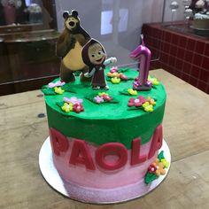 Tarta buttercream de Masha y el Oso. 3rd Birthday, Cupcakes, Desserts, Food, Fondant Cakes, Lolly Cake, Candy Stations, Masha And The Bear, One Year Birthday