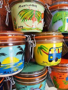 Au marché, vente se sucre de canne dans des bocaux colorés.
