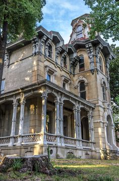 The James Lee House Located at 690 Adams Avenue,in Memphis Tennessee, <br /><br />is this creepy but amazing Gothic Victorian. It was built in 1848 by William Harsson.