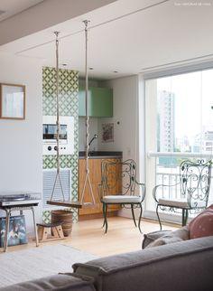 varanda integrada com a sala com churrasqueira revestida de ladrilhos hidráulicos verdes e balanço