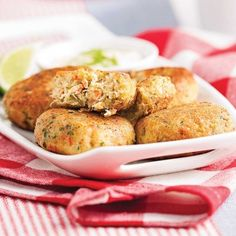 Crab cakes - Recettes - Cuisine et nutrition - Pratico Pratique Confort Food, Crab And Lobster, Crab Cakes, Seafood Recipes, Baked Potato, Entrees, Side Dishes, Snacks, Meals