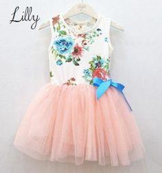 Lilly is een fleurig jurkje met een mooie bloemen print en een roze tule rok.