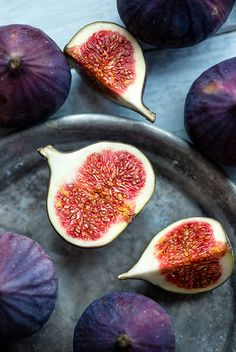 Fig halves, fruit sections
