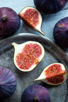 Fig halves, fruit sections
