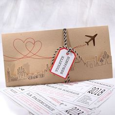 Faire-part Mariage - ref 49526 Collection Faire-part Mariage Duo 2016 www.fairepartselection.fr Voyage, original, billet d'avion, globe trotter, kraft, beige, rouge, personnalise