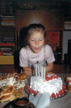 80-luvulla ei vietetty syntymäpäivillä prinsessa- eikä muitakaan teemajuhlia! Vuonna 1982 pöydässä on kakun lisäksi leipäjuustoa, pullaa ja pitsaa (?). Astiat ovat Arabian Ruska-sarjaa. Taustalla häämöttää tiikkiviiluinen kirjahylly. #kadonnutkasari #kasari Finland, Childhood, Retro, Infancy, Retro Illustration, Childhood Memories