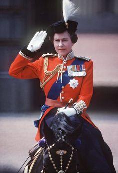 Pin for Later: Die Queen ist gar nicht so königlich wie ihr vielleicht denkt Royal: Als sie in Uniform ein Pferd ritt