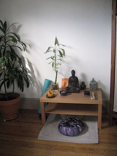 You can't close your eyes to make it go away but you can find peace so you can deal with it. One technique that can offer this is called Zen meditation. Zen meditation is Meditation Raumdekor, Meditation Room Decor, Meditation Cushion, Simple Meditation, Sala Zen, Zen Space, Small Space, My Room, Decoration