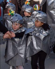 Disfraz de foca de acuario con una bolsa de basura plata de multipapel. http://www.multipapel.com/subfamilia-bolsas-basura-colores-para-disfraces.htm