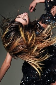 You don't need to be a blonde to get highlights. Ask your colorist to Upgrade your Brown Hair to a great Ombred look. Or simply add some face framing highlights. Hairstyles With Bangs, Pretty Hairstyles, Brunette Hairstyles, Brunette Hair With Highlights, Blonde Tips, Ombre Human Hair Extensions, Balayage Ombré, Dark Hair, Brown Hair