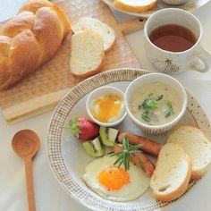 Iconosquare – Instagram webviewer Yellow Mugs, Breakfast Tray, Breakfast Recipes, Aesthetic Food, Home Food, Morning Food, Food Plating, Mornings, Food Presentation