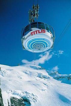 Bis auf 3020 Meter schraubt sich die erste drehbare Gondel der Welt hinauf, die Titlis Rotair