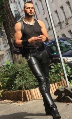 Kerls in Leder Mens Leather Trousers, Tight Leather Pants, Men's Leather, Motard Sexy, Mode Latex, Latex Men, Unisex Clothes, Unisex Outfits, Hommes Sexy