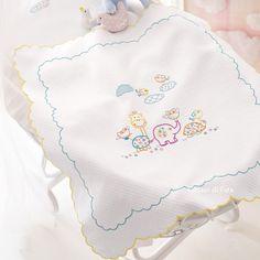 copertina culla disegnata su piquet di cotone ricamo classico