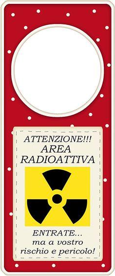 """appendi porta in legno """"Attenzione!! area radioattiva, entrate ma a vostro rischio e pericolo"""" idea regalo, artigianato italiano, made in Italy, con frase scritta, spiritosa, fuori stanza, appendi porta, fuori porta, tavola country: Amazon.it: Casa e cucina"""
