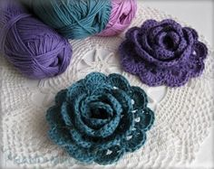 Crochet flowers are so quick and easy to make, they& perfect for beginners. Here are the top 10 free crochet flower patterns to try out! Crochet Diy, Crochet Motifs, Love Crochet, Crochet Crafts, Yarn Crafts, Crochet Projects, Crochet Chain, Double Crochet, Crochet Flor