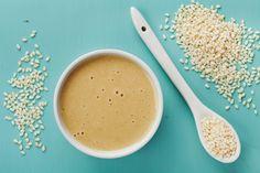 La tahina è una salsa a base di semi di sesamo tostati che si presta a essere usata in decine di piatti diversi: ecco qualche idea da provare.