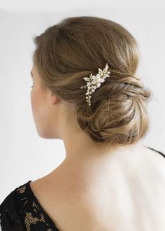 The Aries bridal hair comb is a beautifully balanced piece, handcrafted and designed for the modern romantic seeking a subtle yet detailed comb.