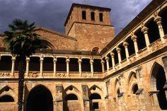 Monasterio de Santa María de Huerta. Cenobio cisterciense Se encuentra en la localidad de Santa María de Huerta, provincia de Soria. Son tierras de la antigua frontera castellana entre el reino de Castilla y el de Aragón. Construido entre los siglos XII y XVI.