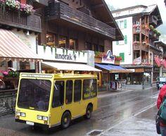 vehicul electric galben în Zermatt, Elveția