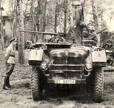 """On y voit des véhicules du """"NSKK Transportkorps Speer"""" dans l'Italie du Nord dans le second semestre 1944. Plaque d'immatriculation avec """"OT"""" (organisation Todt). Le """"NSKK Transportkorps Speer"""" a été formé en juin '44 par le """"NSKK Transportgruppe Todt"""" + """"Transportflotte Speer"""" + """"Legion Speer"""". La AS 43 est armée avec une mitrailleuse Scotti Isotta Fraschini 20/70."""