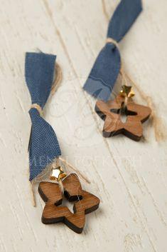 Μαρτυρικά βάπτισης για αγόρι με ξύλινο αστέρι, μεταλλικό χρυσό αστεράκι και μπλε βαμβακερή κορδέλα