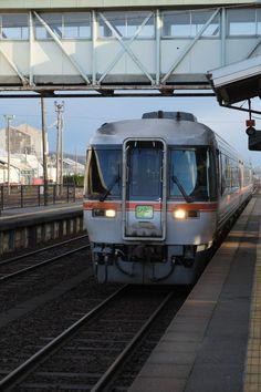 2016年1月 高山本線は、北陸新幹線が開通した2015年に、東京、大阪へ繋いでいた北陸本線が、第三セクター「あいの風とやま鉄道」へ移行したため、県境を跨ぐ唯一のJR線である。 乗車は、滞在先から近い速星駅へ。 速星駅には、日産化学工業の工場専用線があるが、かつて、硝酸のタンク車が軒を連ねた光景は今は無く