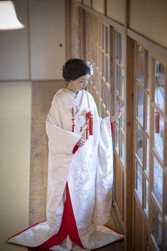 純白に深紅が映えるエレガントな王道スタイル♡ 高級感のある白無垢まとめ。上質でラグジュアリーな花嫁衣装の参考に☆