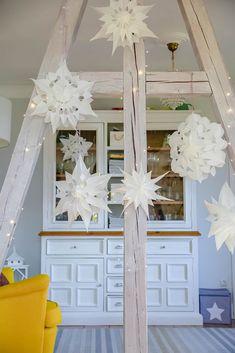 DIY für einfache Weihnachtssterne aus Papier Christmas Card Decorations, Wooden Christmas Trees, Nordic Christmas, Christmas Paper, Christmas Crafts For Kids, Paper Decorations, Christmas Themes, Xmas, Paper Stars