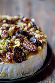 French baked brie topped with walnuts, jam/preserve, figs, pistachios. That Calls for a delicious tapas gathering. Appetizers For Party, Appetizer Recipes, Appetizer Ideas, Christmas Party Appetizers, Baked Brie Appetizer, French Appetizers, Christmas Brunch, Christmas Sweets, Brunch Recipes