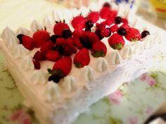 苺クリームのデコレーションケーキ
