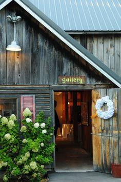 REAL DOOR COUNTY WEDDING. Location: Woodwalk Gallery. Photography by Art of Exposure.