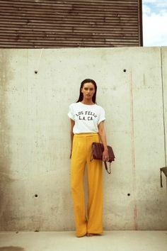 La moutarde ne monte plus au nez, elle passe simplement au dessus du nombril grâce à ce pantalon taille haute Roseanna. Et puis comme un bon bordeaux accompagne souvent un bon plat, voici qu'il