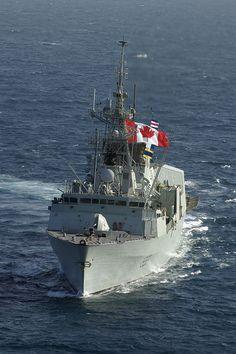 HS2004-6075-03d Le 3 juin 2004 NCSM Toronto, dans le nord de la mer d'Oman Le NCSM Toronto porte son fanion du dimanche (un grand drapeau du Canada)