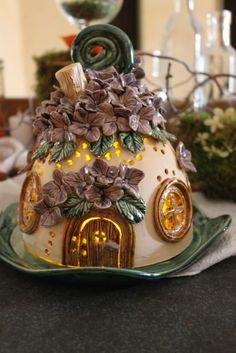 Lichterhäusel Fairy Tree Houses, Clay Fairy House, Fairy Garden Houses, Cardboard Crafts, Clay Crafts, Fairy Garden Furniture, Biscuit, Fairy Crafts, Clay Fairies