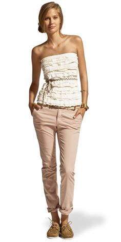 Show your femininity with this pretty casual look, ruffles in jersey and Franklin & Marshall's classic chino pant