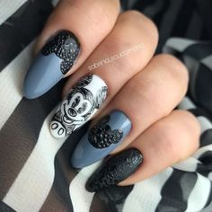 Blue, Black, and white acrylic nails with Mickey Mouse stencil on the design. Mickey Mouse Stencil, Mickey Mouse Nail Design, Glam Nails, Cute Nails, Mickey Mouse Nails, White Acrylic Nails, Party Nails, Round Nails, Polka Dot Nails