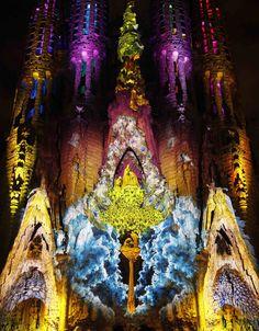 Barcelona, España: La Basílica de la Sagrada Familia de Gaudí se ilumina.